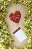 Weißer Text des guten Rutsch ins Neue Jahr auf rotem Herzen und Notizblock Lizenzfreie Stockbilder