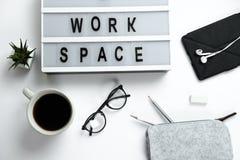 Weißer Tischplattendraufsichtlaptop des stilvollen Hippies, Kaffee, Gläser, Kopfhörer, Bleistifte, Arbeitsplatz Stockfotos