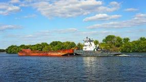 Weißer Towboat drückt Lastkahn Stockfoto
