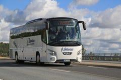Weißer Trainer Bus VDL Futura auf der Straße Stockfotos