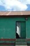 Weißer Trennvorhang brennt von der Tür des grünen Hauses durch Stockbild