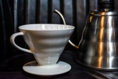 Weißer Trichter Pourover auf einem schwarzen Hintergrund für Vorbereitung des Kaffees durch eine alternative Methode Bearbeiten S stockfotografie