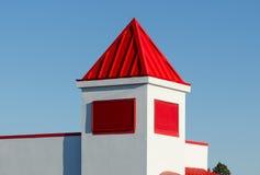 Weißer Turm mit rotem Dach Stockfotos