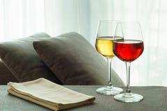Weißer u. Rotwein in einem Wohnzimmer Stockfotos