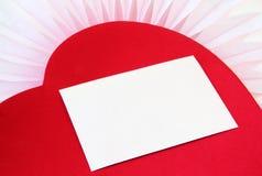 Weißer Umschlag auf rotem Herzen lizenzfreie stockfotografie