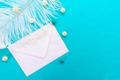 Weißer Umschlag mit weißer Feder und Perlen lokalisiert auf blauem Hintergrund Skizzenvektorillustration f?r romantisches Design stockbild