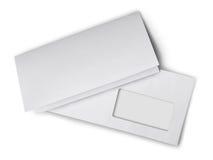 Weißer Umschlag mit gefaltetem Leerbeleg für Korrespondenz stockbilder