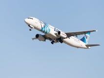 Weißer und blauer Airbus A321-231 Egyptair Stockfotos