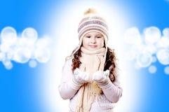 Weißer und blauer Hintergrund des Winter-Mädchenauszuges stockbilder