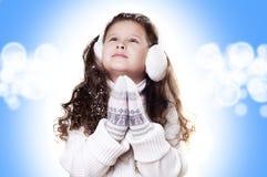 Weißer und blauer Hintergrund des Winter-Mädchenauszuges lizenzfreie stockfotografie