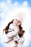 Weißer und blauer Hintergrund des Winter-Mädchenauszuges lizenzfreies stockbild