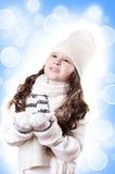 Weißer und blauer Hintergrund des Winter-Mädchenauszuges stockfoto
