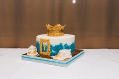 Weißer und blauer Kuchen des Geburtstages für einjährigen Jungen Geburtstagskuchen für Jungen Stockbilder