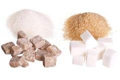 Weißer und brauner Zucker getrennt auf Weiß Stockfoto