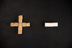 Weißer und brauner Zuckerwürfel stockfotos