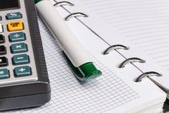 Weißer und grüner Stift und Taschenrechner Stockfoto