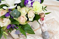 Weißer und lila Blumenstrauß Stockbild