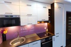Weißer und purpurroter Kücheinnenraum Stockfotografie