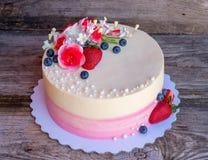 Weißer und rosa Kuchen der Haupthochzeit mit Blumen Lizenzfreie Stockfotos
