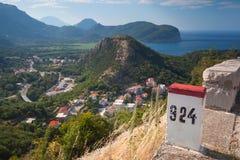 Weißer und roter Kilometersteinposten Stockfotos