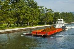 Weißer und roter Lastkahn auf dem Fluss bei Amanohashidate Lizenzfreies Stockfoto