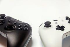Weißer und schwarzer Steuerknüppel zwei auf weißem Hintergrund Computerspieltechnologiespielwettbewerbsvideospielsteuerkonfrontat lizenzfreies stockbild