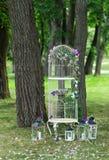 Weißer Vogelkäfig als Lampe im Garten Stockfotos