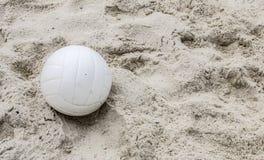Weißer Volleyball im Sand lizenzfreies stockbild