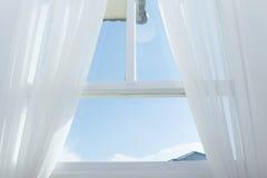 Weißer Vorhang auf dem Fenster stockbild