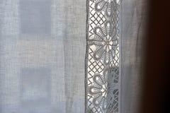 Weißer Vorhang mit Spitzenahaufnahme Stockbild