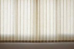 Weißer Vorhang und Fenster stockbild