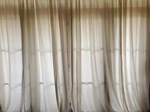 Weißer Vorhang, zum des Sonnenlichts an der Tür in Wohnzimmer h zu blockieren Lizenzfreie Stockfotos