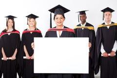 Weißer Vorstand der graduierten Holding des Inders stockfoto