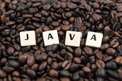 Weißer Würfeltext JAVA auf Kaffeebohnen Lizenzfreie Stockfotos