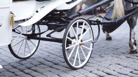 Weißer Wagen und Räder mit hölzerner Kante stock footage