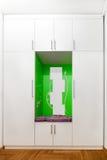Weißer Wandschrank mit Spiegeln und grüner Dekoration Lizenzfreie Stockbilder