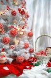 Weißer Weihnachtenbaum mit Dekoration Lizenzfreie Stockfotos