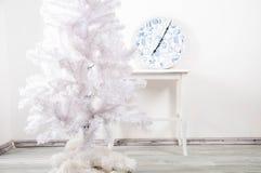 Weißer Weihnachtsbaum ohne Dekorationen Stockbilder