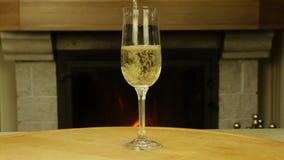 Weißer Wein, der in Glas gegossen wird stock video