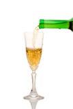 Weißer Wein, der unten aus einer Flasche (Ausschnitts, gießt Pfad eingeschlossen) Stockfotografie
