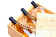 Weißer Wein-Flaschen im hölzernen Rahmen stockfoto