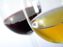 Weißer Wein gegen Rotwein Stockbild