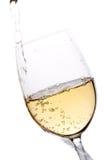 Weißer Wein goß in ein Glas Lizenzfreie Stockbilder
