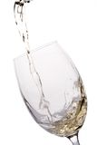 Weißer Wein goß in ein Glas Stockbild