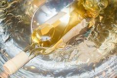 Weißer Wein im Eis Lizenzfreies Stockfoto