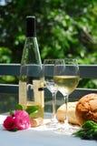 Weißer Wein mit Gläsern draußen Stockbild