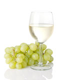 Weißer Wein mit grünen Trauben lizenzfreie stockbilder