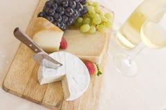 Weißer Wein, Trauben und Käse Lizenzfreies Stockbild
