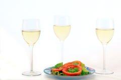 Weißer Wein und grüner Salat Lizenzfreies Stockfoto