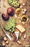 Weißer Wein und Käse stockfoto